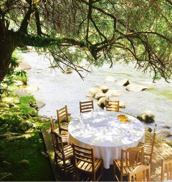 Table au bord de l'eau et à l'ombre d'un arbre aux Letchis par insta @jessica.reg