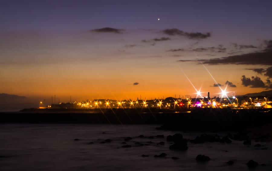Vue sur le front de mer de Saint-Pierre la nuit depuis la digue de Terre-Sainte par soso974