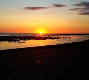 Coucher de soleil sur la plage de Saint-Pierre par insta @fatou286