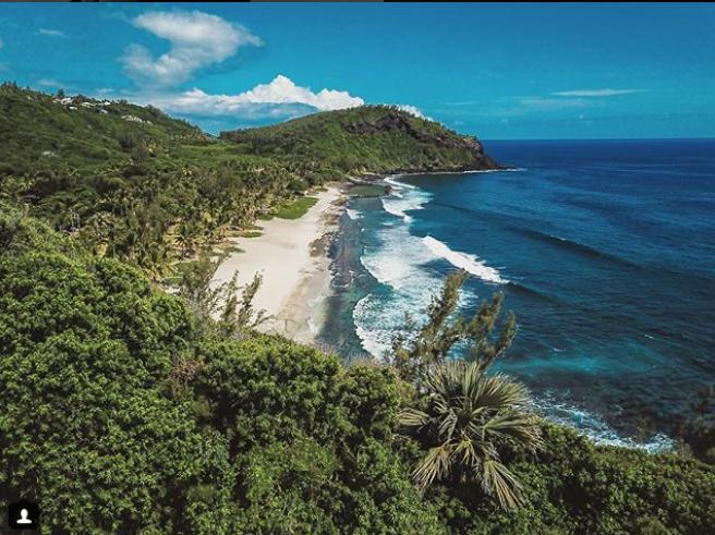 Vue aérienne de la plage de Grand Anse par insta @son_a_paul