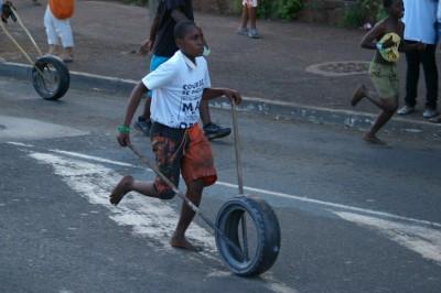 Enfant jouant à une course au pneu par Macocoetbacocoblog